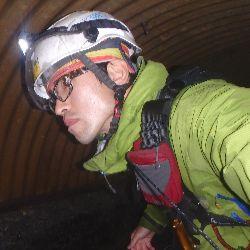 ロープアクセス技術を使用した橋梁点検作業中写真。代表取締役・伊藤徳光。