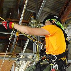 ロープアクセス技術を使用している写真。山田陽介。